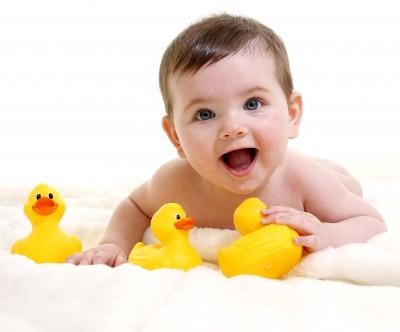 ребенок играет с утятами