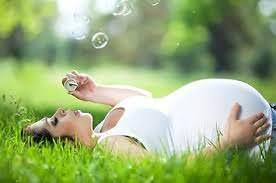 Беременная женщина и трава