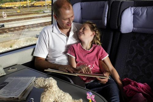 Отец с дочкой в поезде