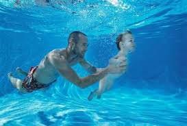 Мужчина и ребенок в воде