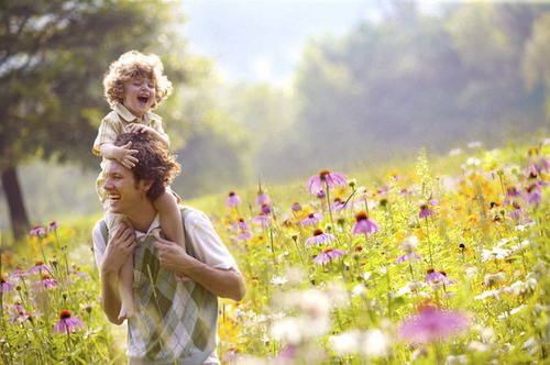 Отец с ребенком на прогулке