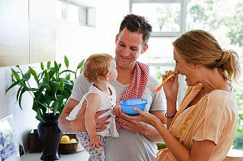 Родители кормят малыша