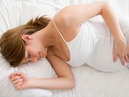 Беременная женщина в постели