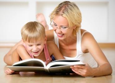 Мама с сыном и книга