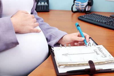 Беременная за столом
