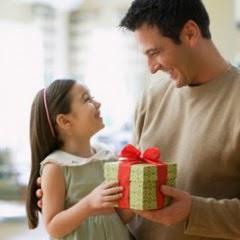 Девочка дарит подарок отцу