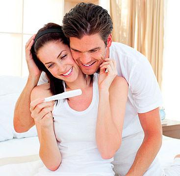 Мужчина и женщина смотрят на градусник