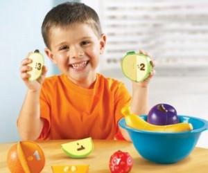 Ребенок и яблоки