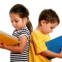 Девочка и мальчик читают книгу