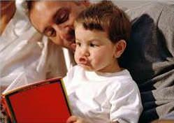 Папа и сын с книжкой