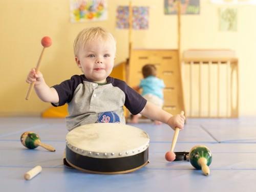 Ребенок играет в барабан