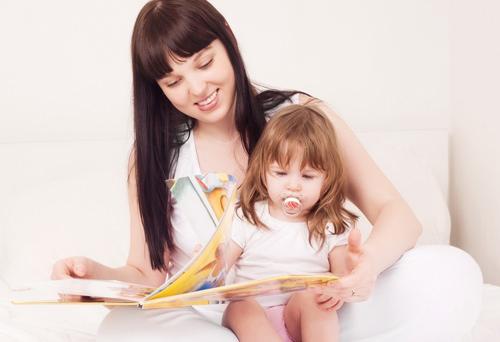 Мама с девочкой читают книгу