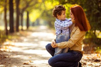 Мам и сын на улице