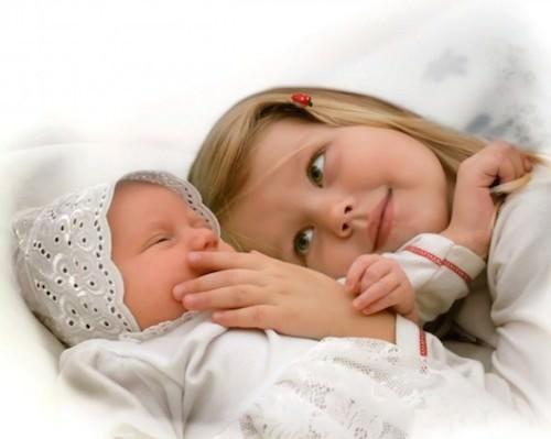 Новорожденный ребенок и девочка