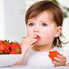 Ребенок и ягоды