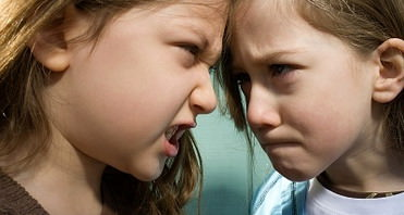 Девочка злится на девочку
