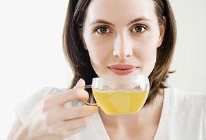 Женщина и чашка чая