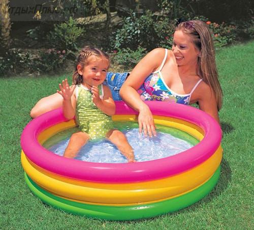 ребенок и надувной бассейн