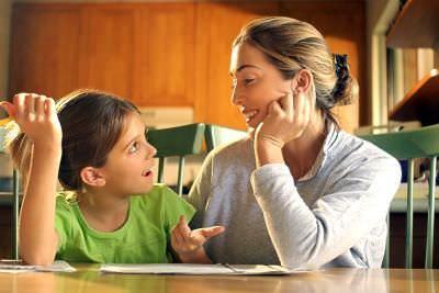 Девочка и мама за столом