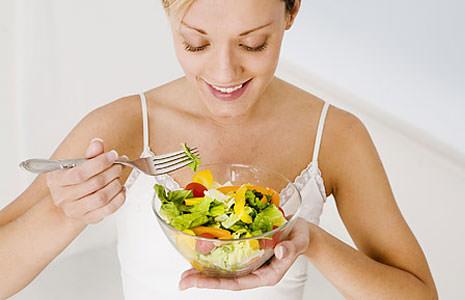 Женщина и салат