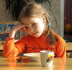 Девочка и тарелка с кашей