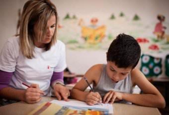 Мама учит писать сына