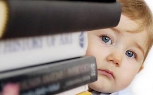 Стопка книг и ребенок