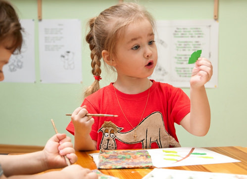 Ребенок и аппликация
