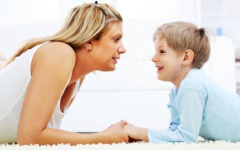 Мама общается с ребенком