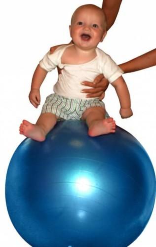 малыш прыгает на фитболе