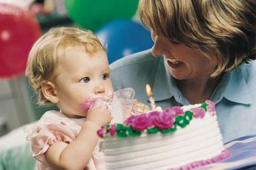 Ребенок и торт