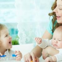 Мама играет с детьми