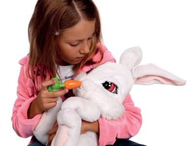 Девочка и игрушка заяц
