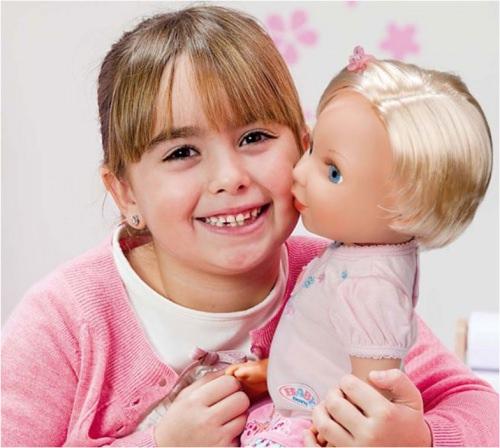 Девочка и интерактивная кукла
