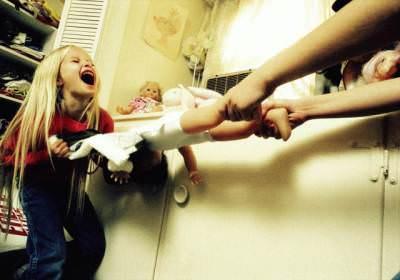 Ребенок отбирает куклу