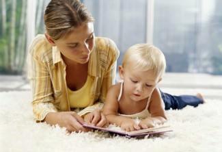 Мама с ребенком и книжка