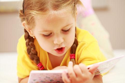Девочка и чтение книги