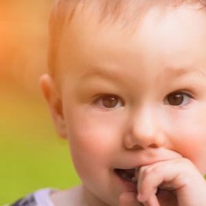 Ребенок и палец во рту