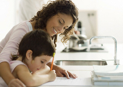 Мама и сын делают уроки