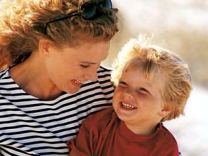 мама и сын улыбаются