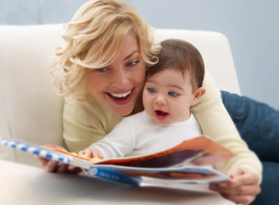 Мама с ребенком и кника