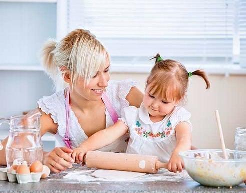Мама и дочка готовят