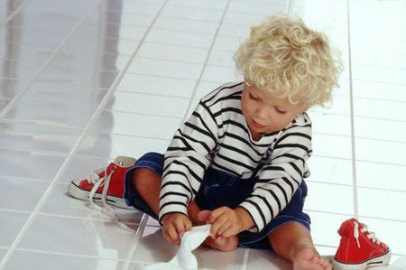 Ребенок и шнурки