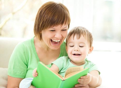 Мама с ребенком и книга