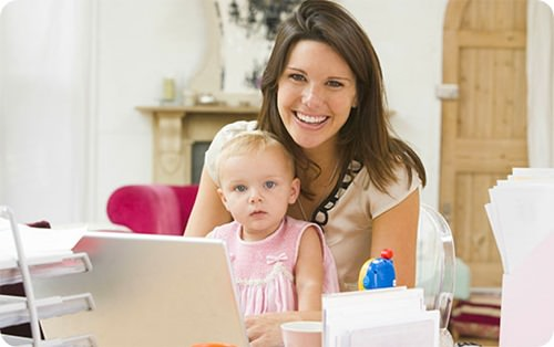 Мама с ноутбуком и ребенок