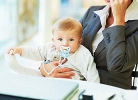 Мама с телефоном и ребенок