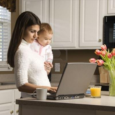 Мама с ребенком и ноутбук