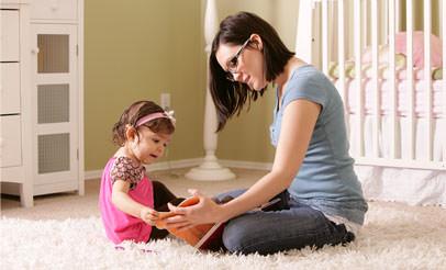 Мама с дочкой на полу