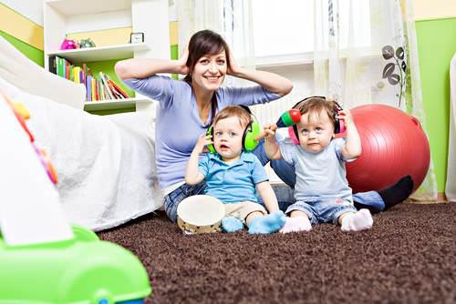 Мама и дети в наушниках