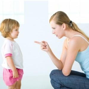 Мама наказывает ребенка
